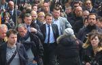 Une photo vaut mille mots. 2 chefs d'Etat prenant un bain de foule. Comparez...