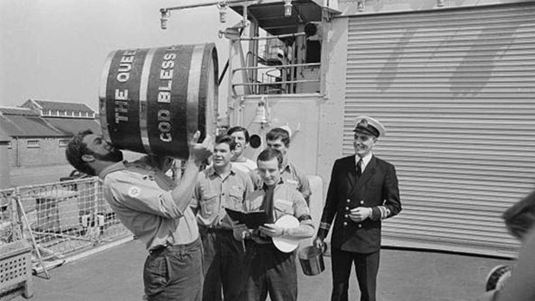 Black Tot Day - 31 Juillet 1970 - Les marins célèbrent la triste fin de la ration de rum britannique ;(