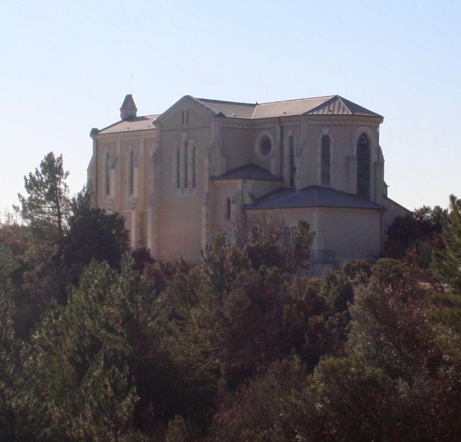"""""""M. L'Abbé Poulain, curé de Roussas de 1835 à 1846, marqua son passage par la reconstruction presque totale de la vieille chapelle.  Le nouvel édifice était bien rustique et bien pauvre. Les successeurs immédiats de M. Poulin s'en contentèrent et rien ne faisait prévoir l'ère glorieuse qui allait s'ouvrir dans le modeste village de Roussas pour le culte de Saint-Joseph. En 1872, M. l'Abbé Rodolphe Garnier fut nommé à la cure de Roussas. Très dévot à St Joseph, sa joie fut grande de savoir que dans sa paroisse, il y avait une chapelle dédiée à son Saint de prédilection ; dès son arrivée, il s'empressa de la visiter. Il fut déçu et triste de constater l'état misérable du petit sanctuaire. Une belle statue de St Joseph avait été placée au dessus de l'autel par un de ses prédécesseurs, M. l'Abbé Arsac. Elle était belle et sa beauté contrastait avec la pauvreté de la chapelle. Bouleversé, M. Garnier promit au pied même de l'autel """"d'entreprendre la restauration du sanctuaire et de travailler à le rendre plus digne de la beauté et de la gloire de St Joseph."""" Cette résolution va être le point de départ d'une oeuvre magnifique et durable. (D'après les archives du sanctuaire. Sources Association des Amis du Sanctuaire Saint-Joseph de Roussas)"""