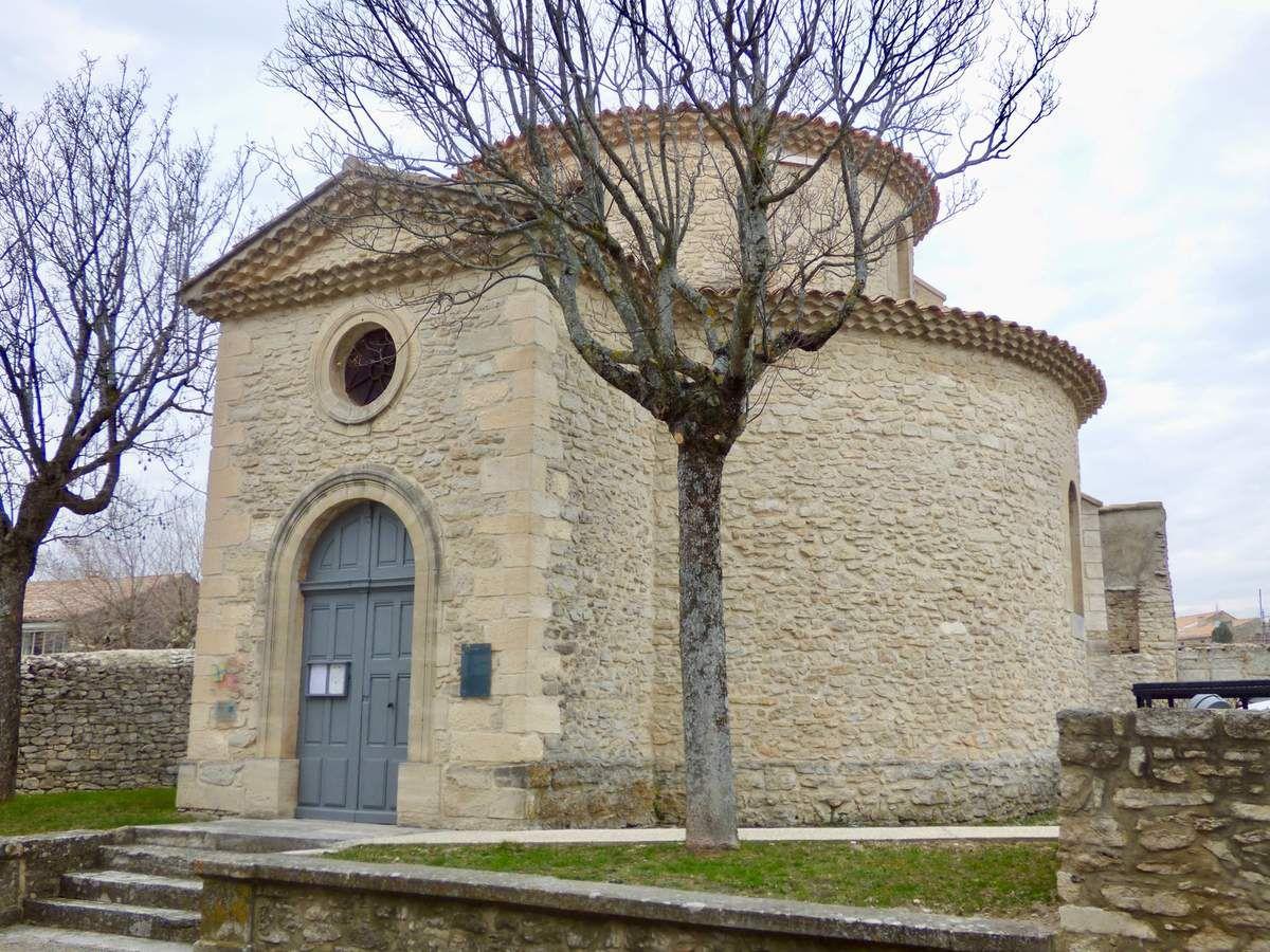 """""""Le temple de Taulignan est caractérisé par sa forme en rotonde. Il faut savoir qu'à partir de 1802, la liberté acquise par les protestants leur imposait toutefois d'établir leur lieu de culte éloigné de la communauté catholique, en dehors du village, sans élévation de bâtiment : d'où plus tardivement, le lieu choisi d'implantation de ce temple en 1868. L'architecture en rotonde n'a touché qu'un nombre réduit de temples, dont quelques-uns en Provence."""" (Sources site mairie de Taulignan)"""