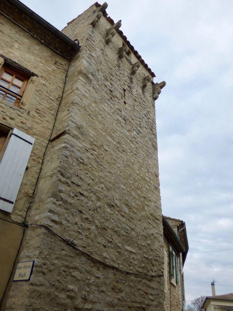 Deux des onze tours sont carrées et datent de l'époque médiévale.
