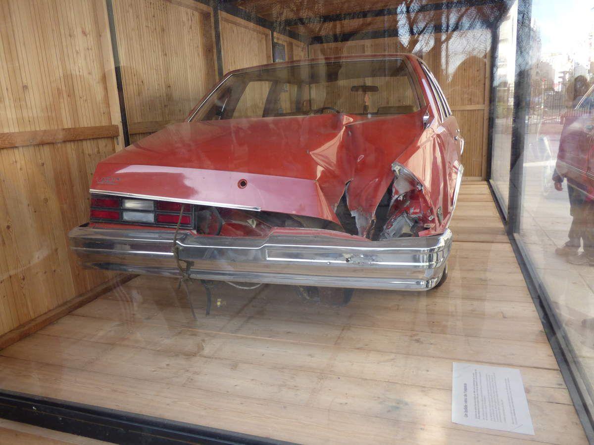 En voiture, surveillez toujours le ciel!!! Le 9 octobre 1992, un spectaculaire bolide a survolé plusieurs états des Etats-Unis sur 800 km avant d'atterrir à Peekskill, dans l'état de New-York... sur l'arrière de cette Chevrolet Malibu rouge, exposée actuellement devant la Grande Galerie de l'Evolution.