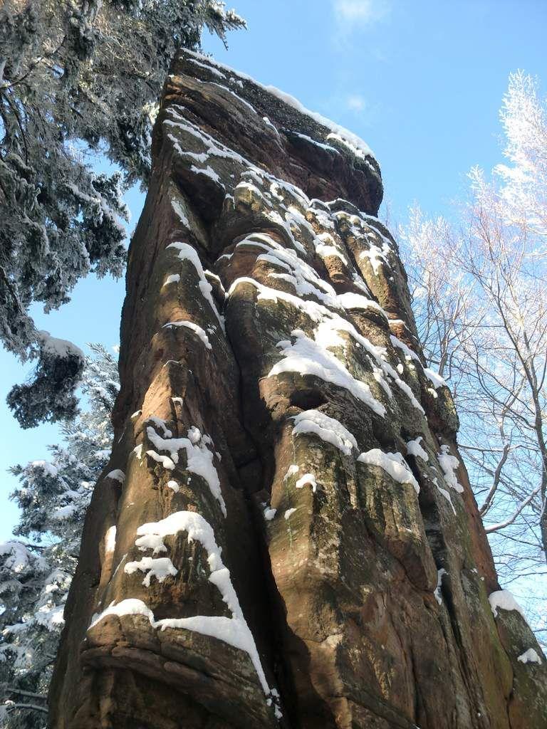 Remarquable monolithe de grès de 9 mètres de haut dressé sur la crête du Spillberg.