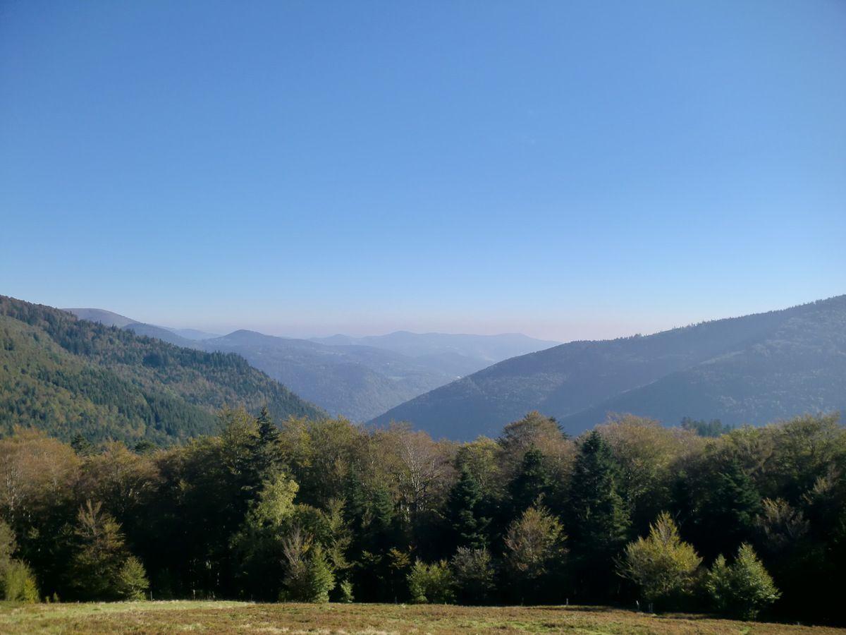 Vue dans la vallée depuis les pentes du Schweisel.