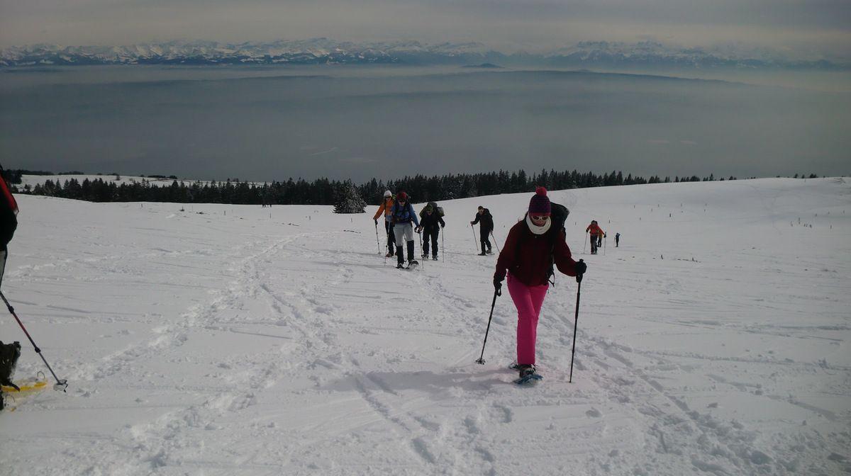 En route vers le sommet, avec toujours cette magnifique vue sur les sommets des Alpes suisses.