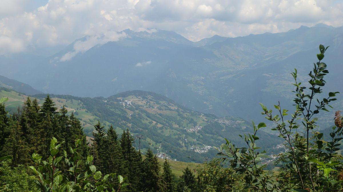 Dès les premières clairières, vue dans la vers sur la station de Doucy - Combelouvière (1250 m). Au vu de l'altitude, on dirait les Vosges.