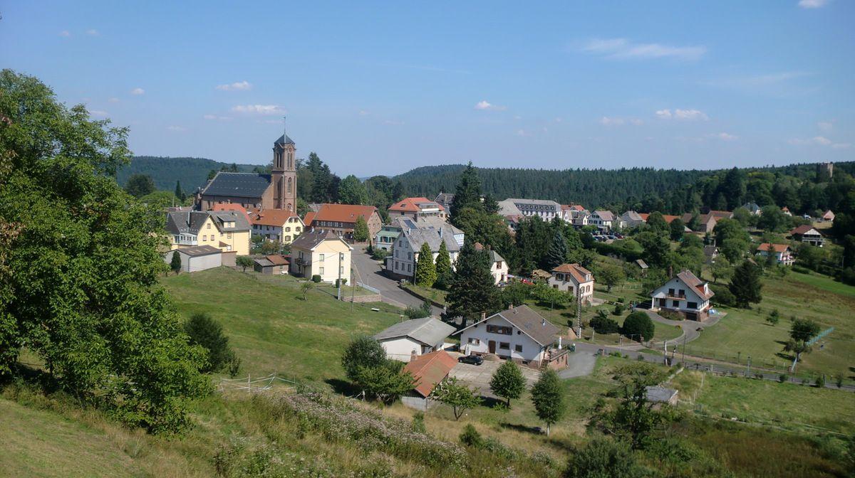 Après près de 7 heures de marche, nous arrivons à la belle station de montagne, dans la Suisse d'Alsace, Wangenbourg. Le centre du bourg, est situé à environ 450 mètres d'altitude.