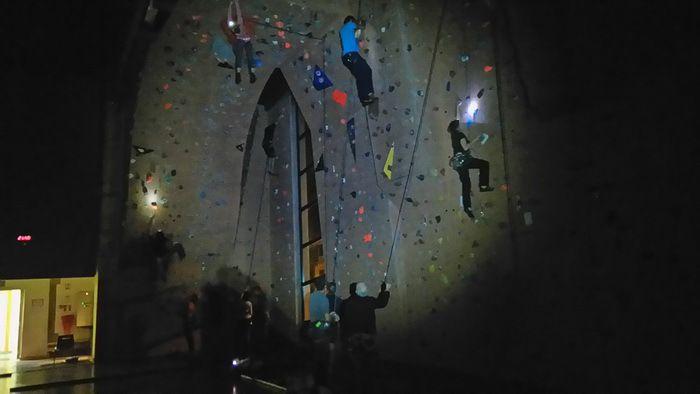 Grimper à la frontale sur une structure artificielle d'escalade, voilà qui peut paraître surprenant!!!!