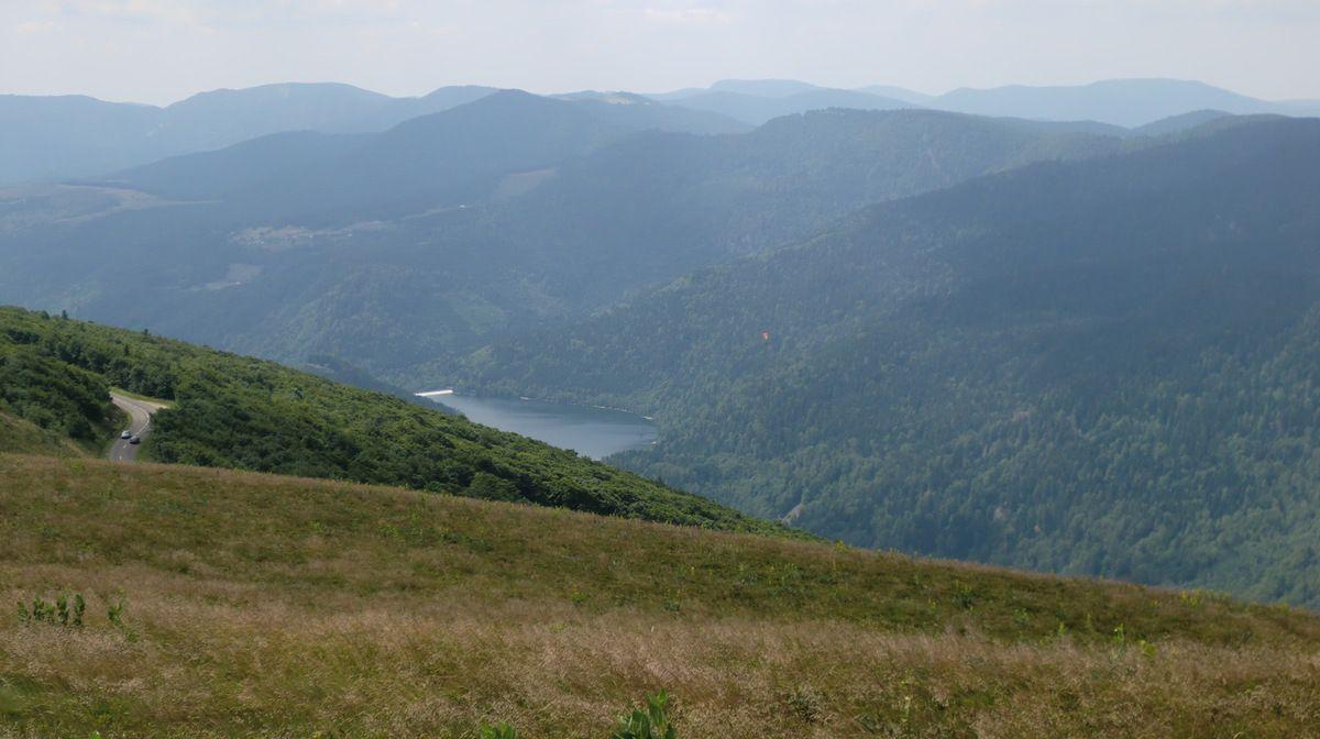 En contrebas de la Route des Crêtes, nous observons un petit lac en amont de Wildenstein.