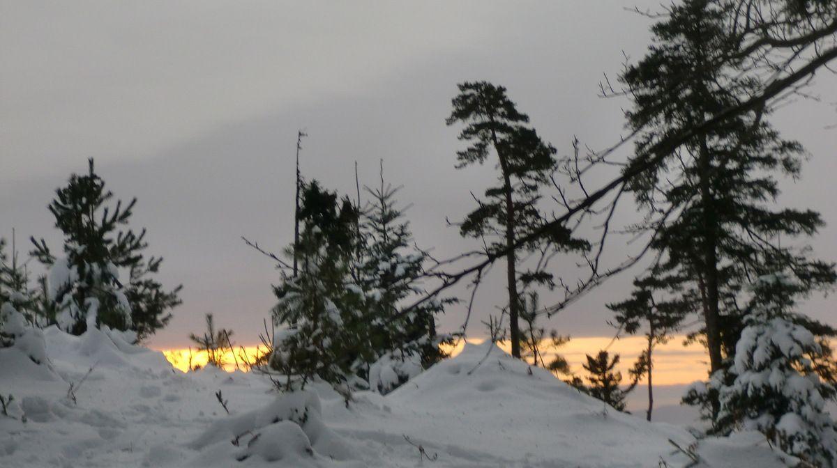Vers l'est, des bandes lumineuses transpercent le ciel encombré de nuages gris,