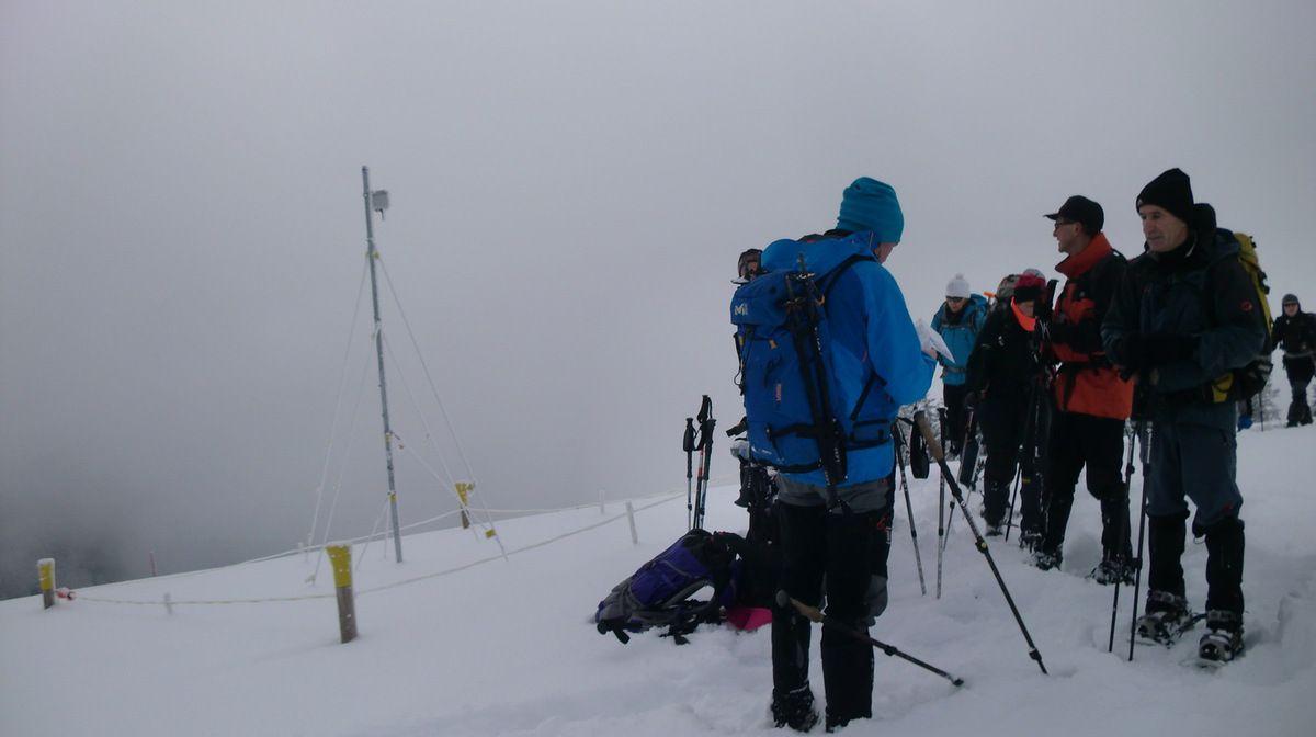Après un peu plus de 3 heures de marche, nous sommes au sommet du Bolberg, à 1800 mètres. Le vent accentue la sensation de froid, et nous décidons d'entamer la descente pour trouver un abri pour y casser la croute.