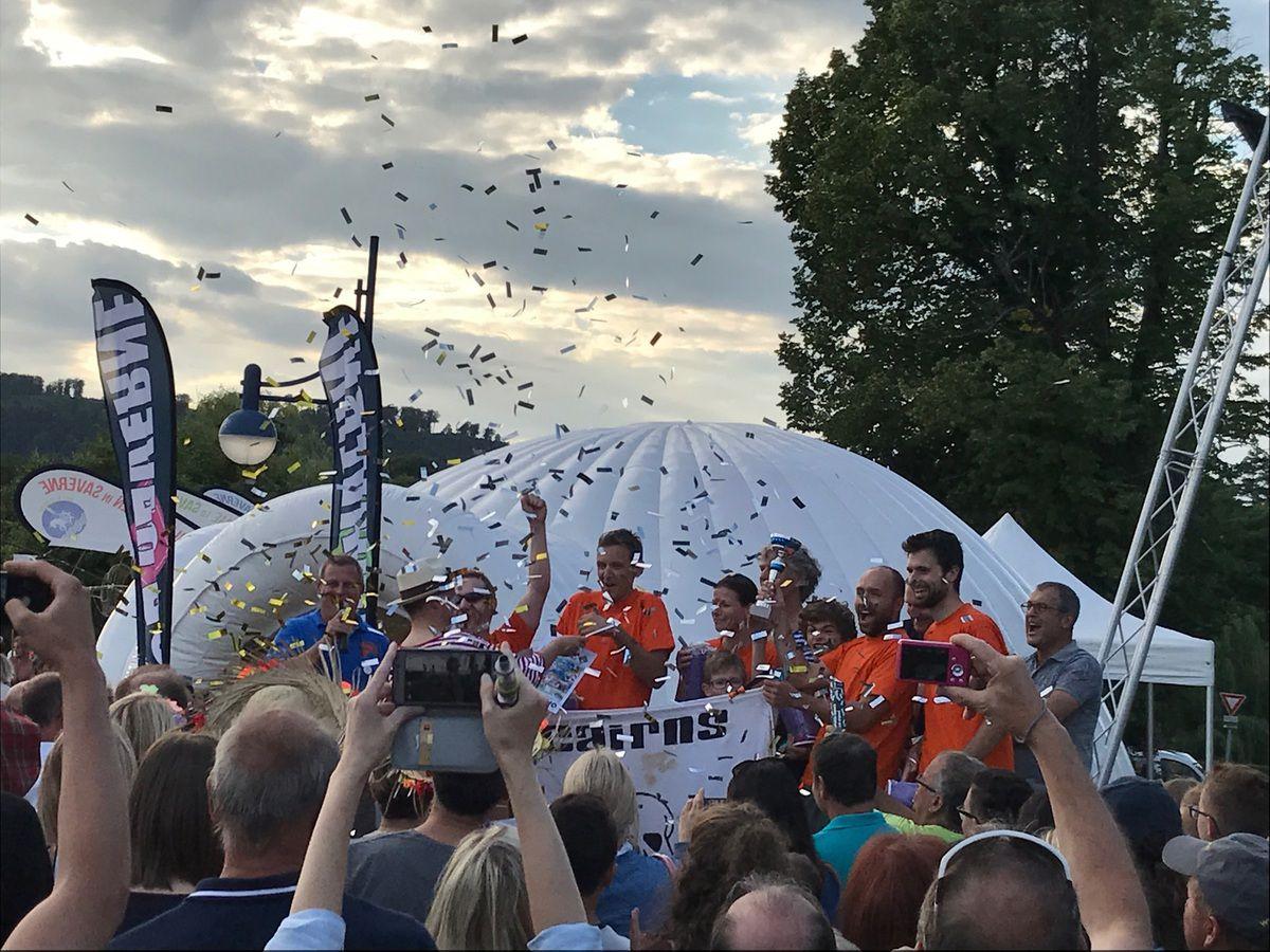 """""""Le prix du vainqueur de la course est attribué à Cairns, le club d'escalade et de montagne de Saverne"""". Source DNA 15/07/2017. (Photo Céline M.)"""