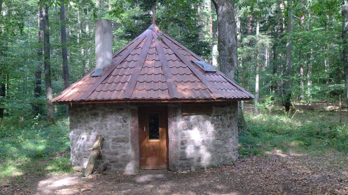 La cabane des Trois Forestiers, agréablement rénovée, permet de passer une au chaud.