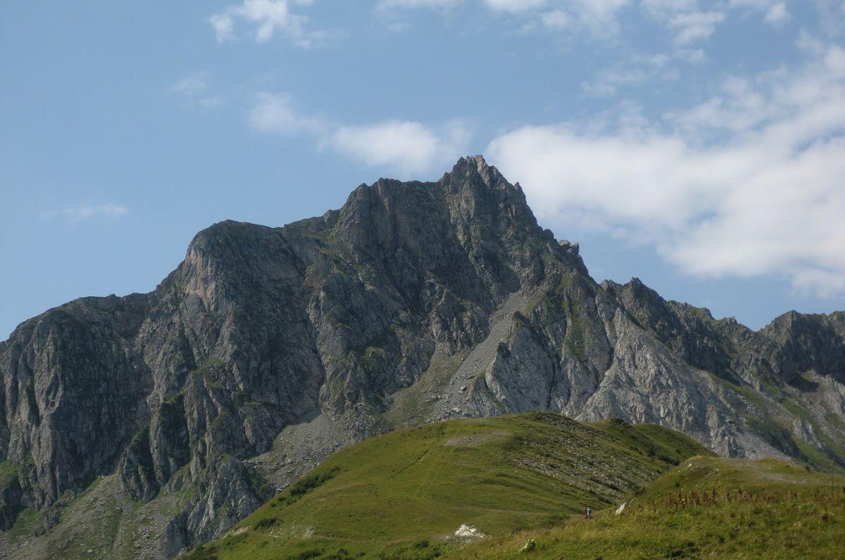 Du col, la vue est exceptionnelle sur les différents sommets qui nous entourent, le Pic du Grand Nielard (2544m)...