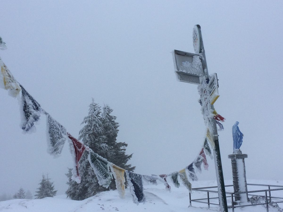 11h00 : nous arrivons au sommet du Petit Ballon, toujours dans la grisaille, le froid et le blizzard.