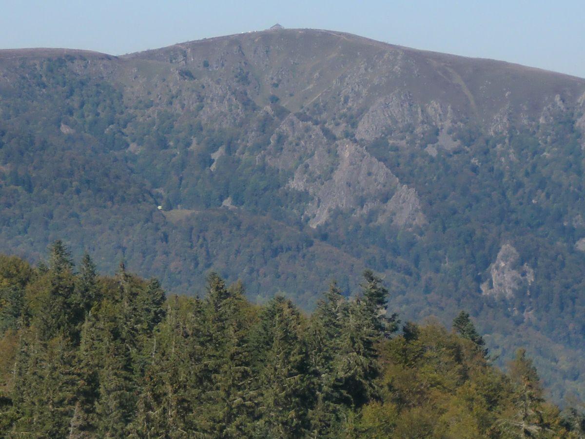 """Première approche des Spitz, septembre 2014, lors d'une randonnée """"Les cascades du Pfahlruntz"""". En bas à droite, l'imposante falaise du Premier Spitzkopf, haute de 120 mètres."""