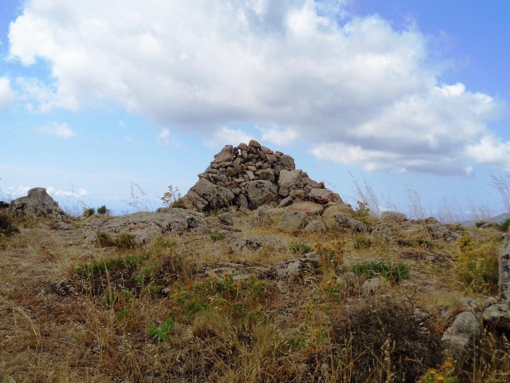 Cairn sommital de la Punta Pastinaca, point culminant de notre randonnée.