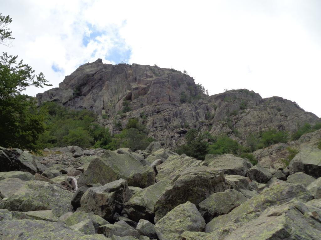 et en passant sous la Punta alla Corbajola (1457m), Ils comprennent aisément le résultat de l'effondrement de l'éperon rocheux situé au-dessus d'eux....