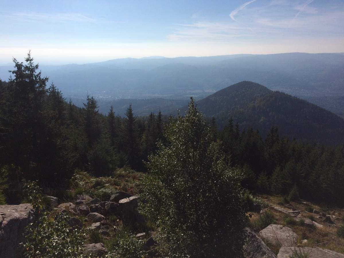 une vue plongeante vers la Vallée de la Bruche et la Grande Côte, quelques 200 mètres plus bas.