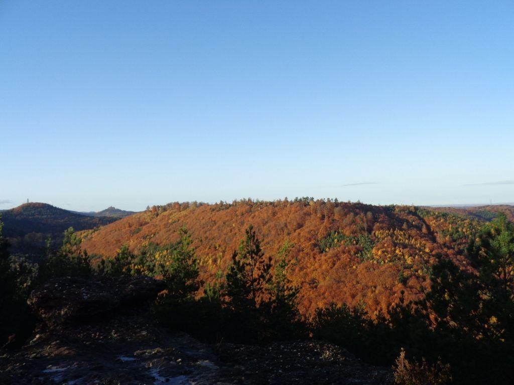 Sur la dalle sommitale du Hirschberg (555m), vue sur Dabo et sur le Geisfels (à gauche).