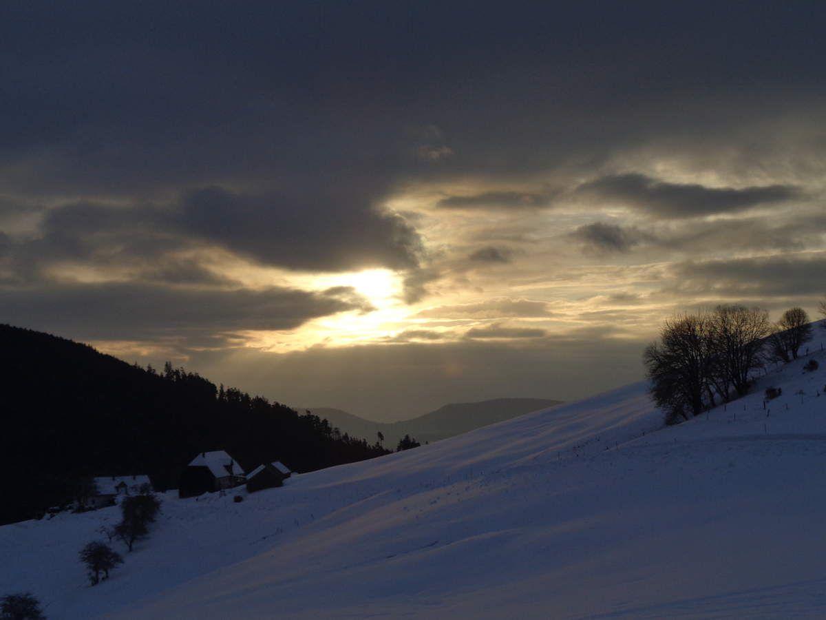 Nous en prenons plein les yeux, le lever du soleil au dessus du hameau des Hobels, est magnifique...