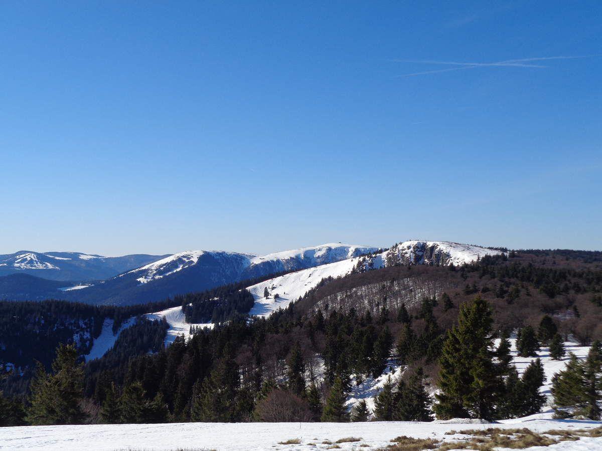On reprend avec le Schnepfenriedkopf (1278m), reconnaissable à ses pistes de ski, et flanqué par le Lauchenkopf (1314m). Au centre, le Gaschney, puis en passant par les deux Hohneck (1289m et 1363m) jusqu'au Tanet (1292m).