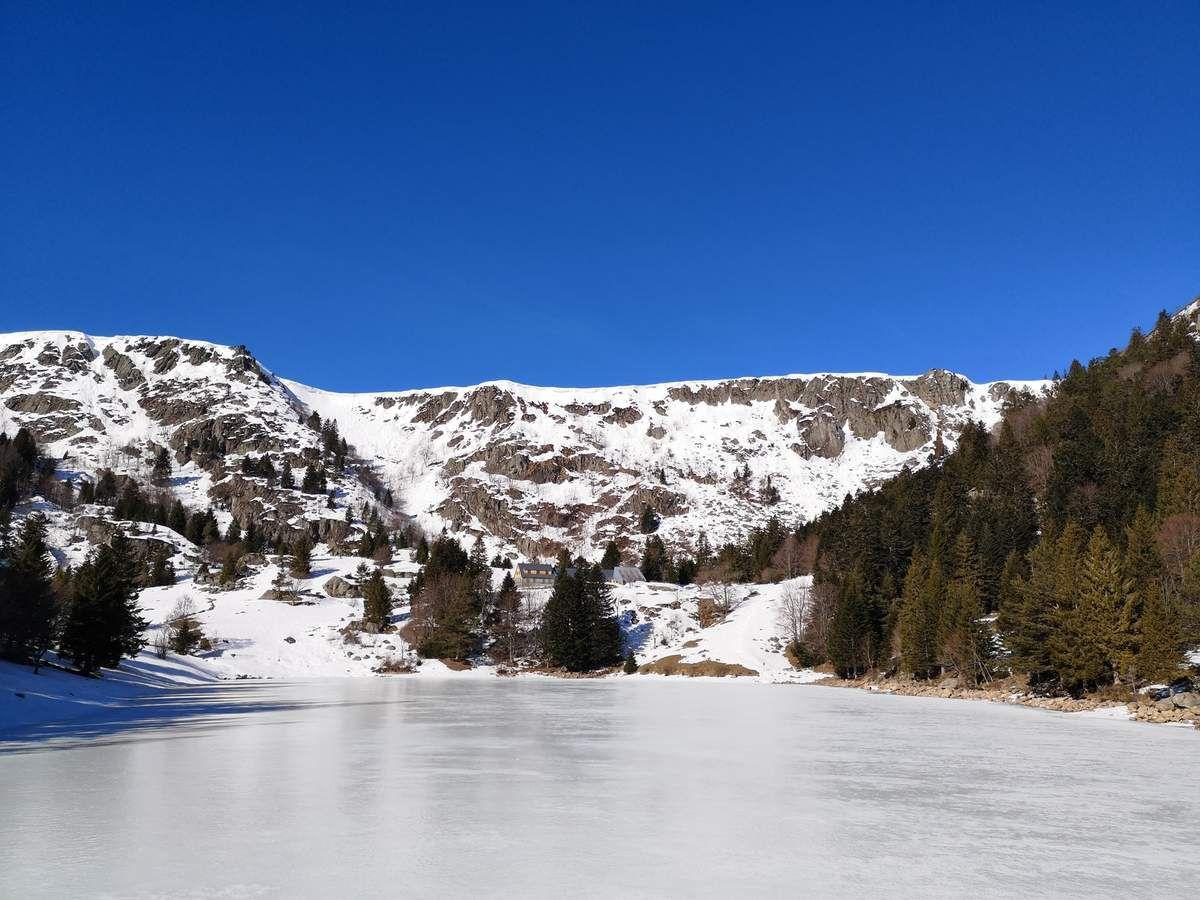 Le lac gelé nous offrira ce magnifique contraste entre un bleu intense et un blanc parfait