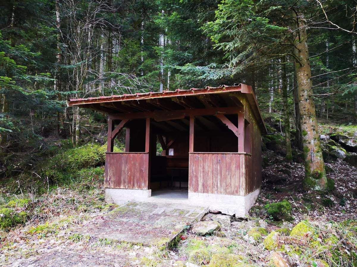 La voilà, la Flohhütte, minuscule cabane du Club Vosgien