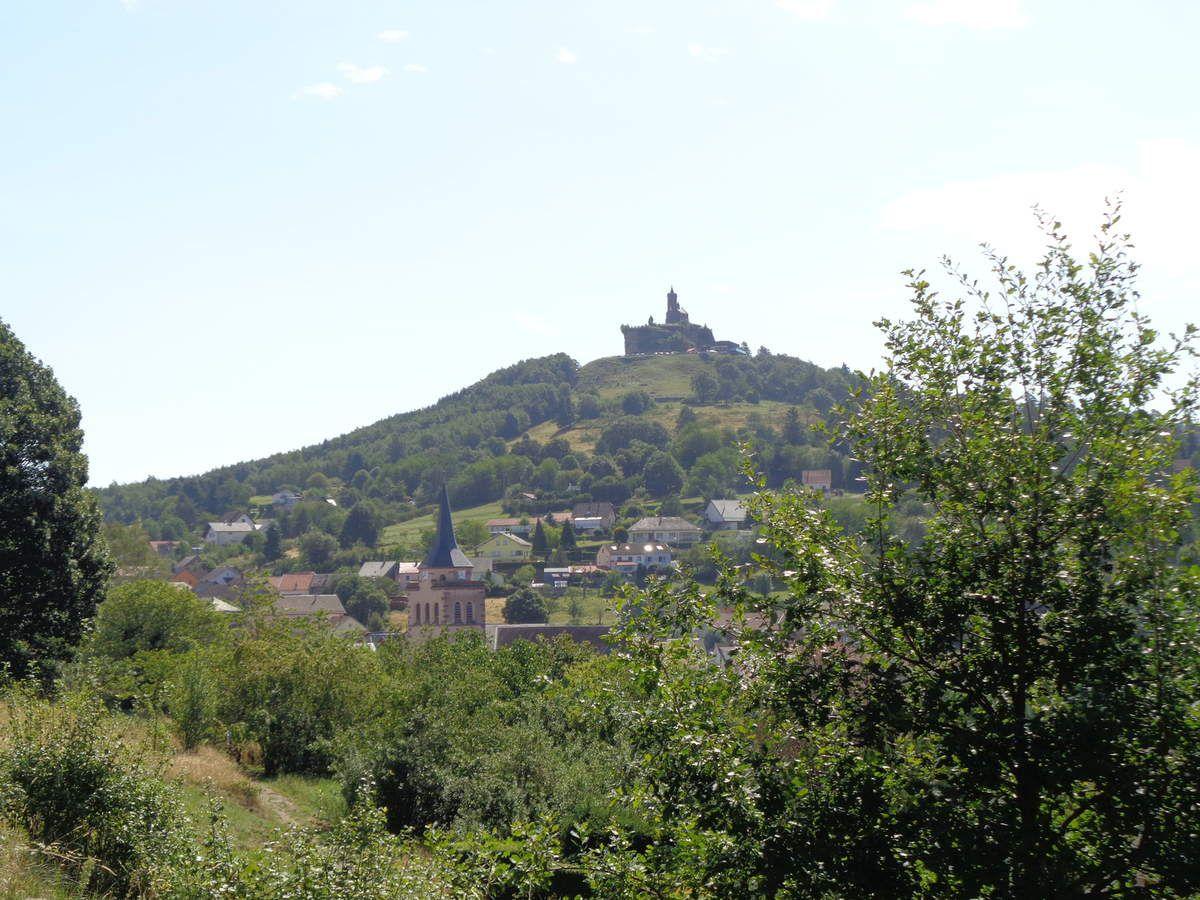 Du haut de son éperon rocheux, la Chapelle Saint Léon, contemple le village de Dabo