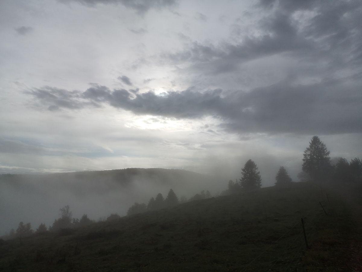 La brume remonte de la vallée,