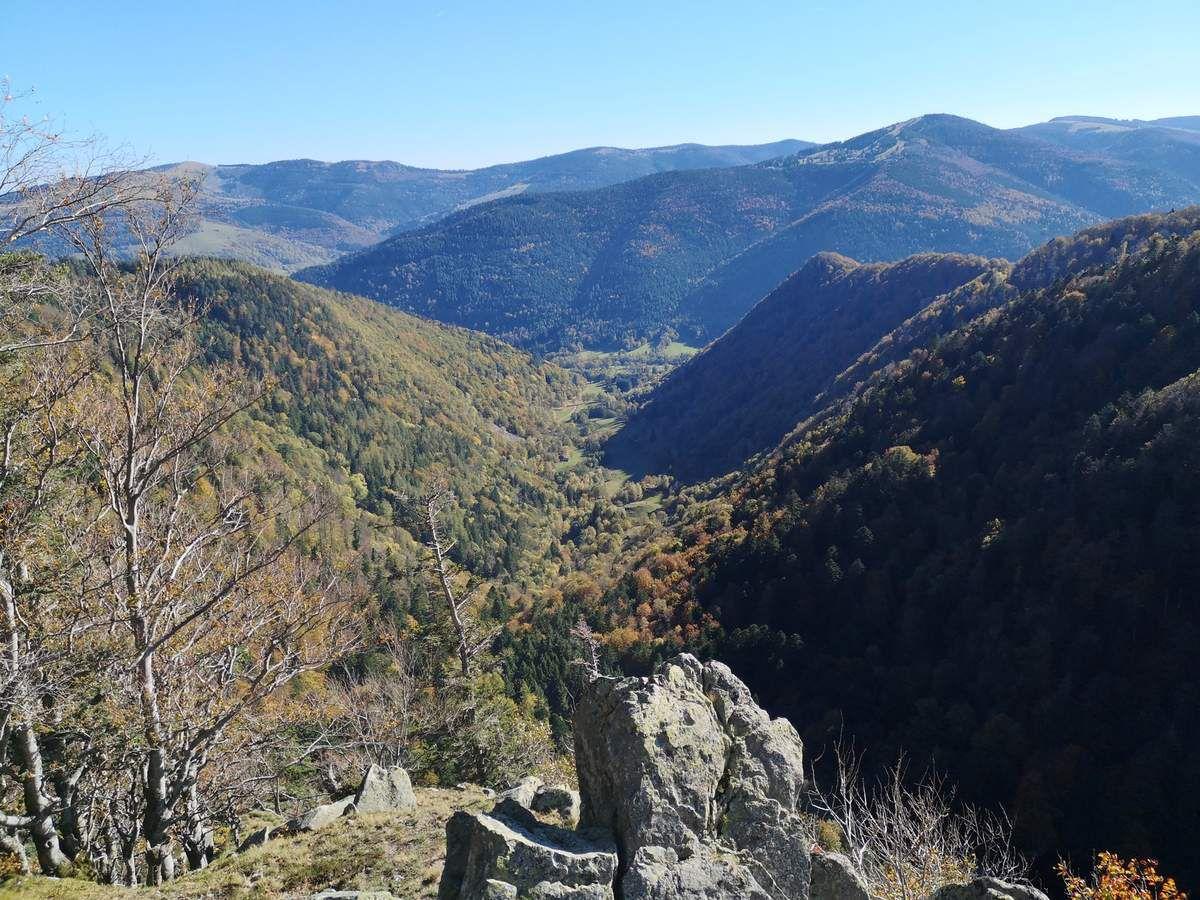 Depuis le Bèlvédère du Premier Spitkopf (1021m), la vue permet d'englober toute la basse vallée de la Wormsa.