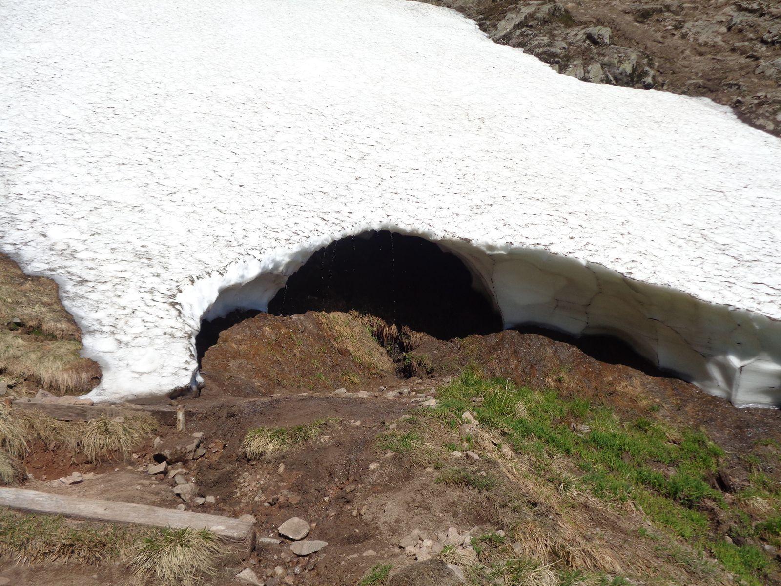 Situé sur l'emplacement d'une source, le névé alimentera en eau le petit ru qui dévale les pentes du Falimont.