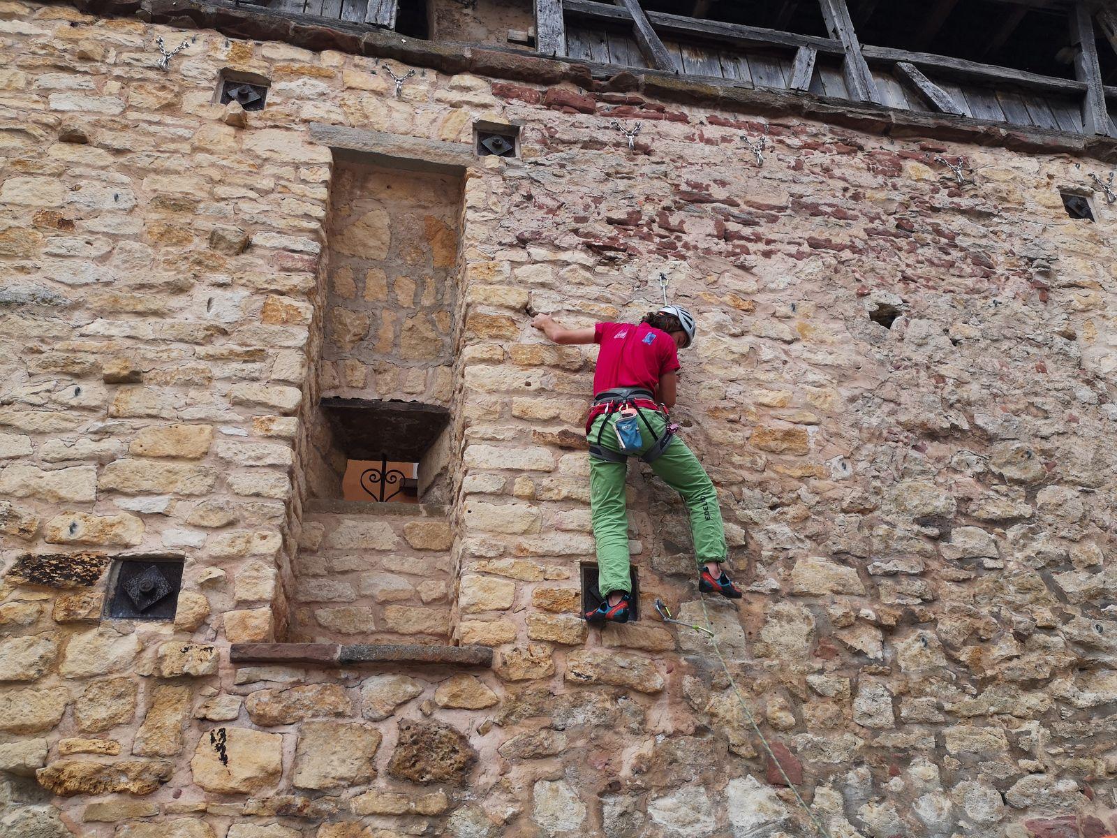 Les possibilités sont multiples, chaque arête de pierre taillée sert de prise, y compris les ferrures de soutènement de la muraille.