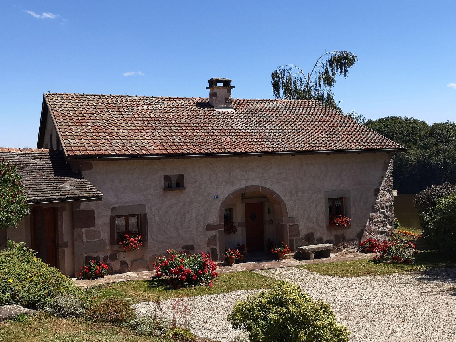 Maison typique de la région, avec son porche arrondi, qui permettait l'accès à la grange, aux charrettes chargées de foin.