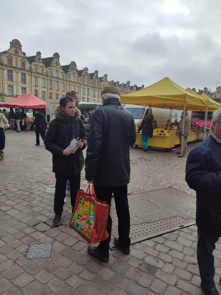 Tractage ce matin sur le marché d'Arras. Très bon accueil pour discuter de nos propositions