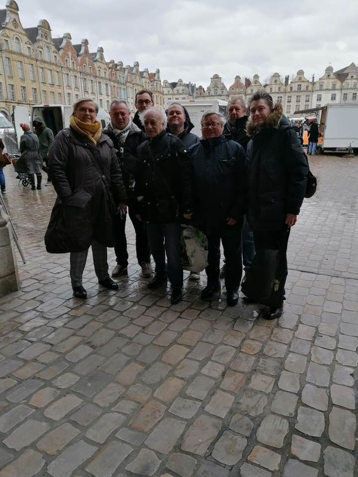Tractage pluvieux ce samedi matin sur le marché d'Arras, dans la bonne humeur !
