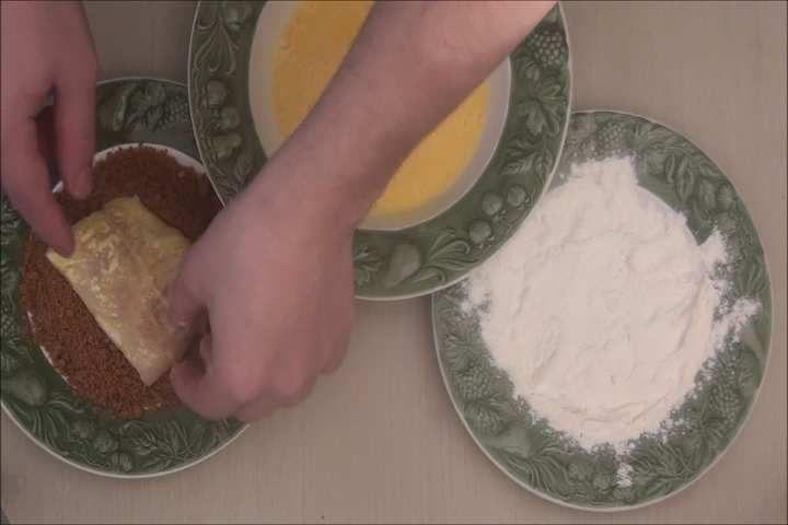 Lieu noir pané au spéculoos, farce à la fraise tagada et ses assortiments
