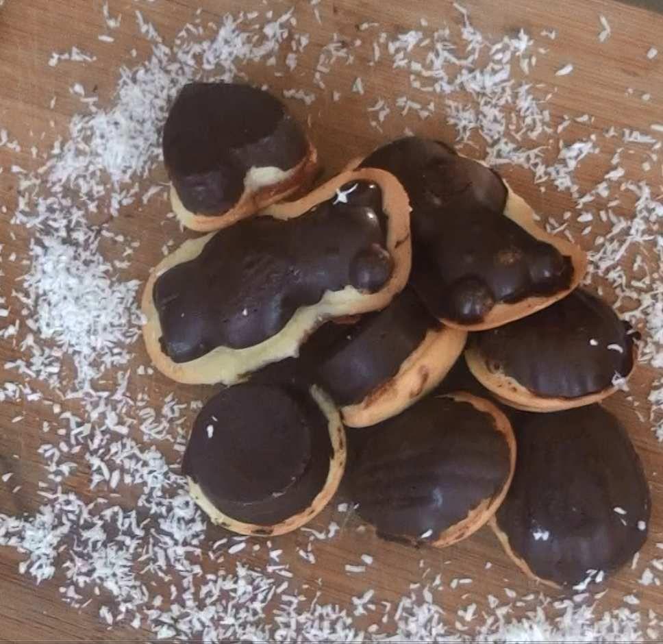 Gastronome : Madeleine Coque chocolat Et Cœur De Fraise