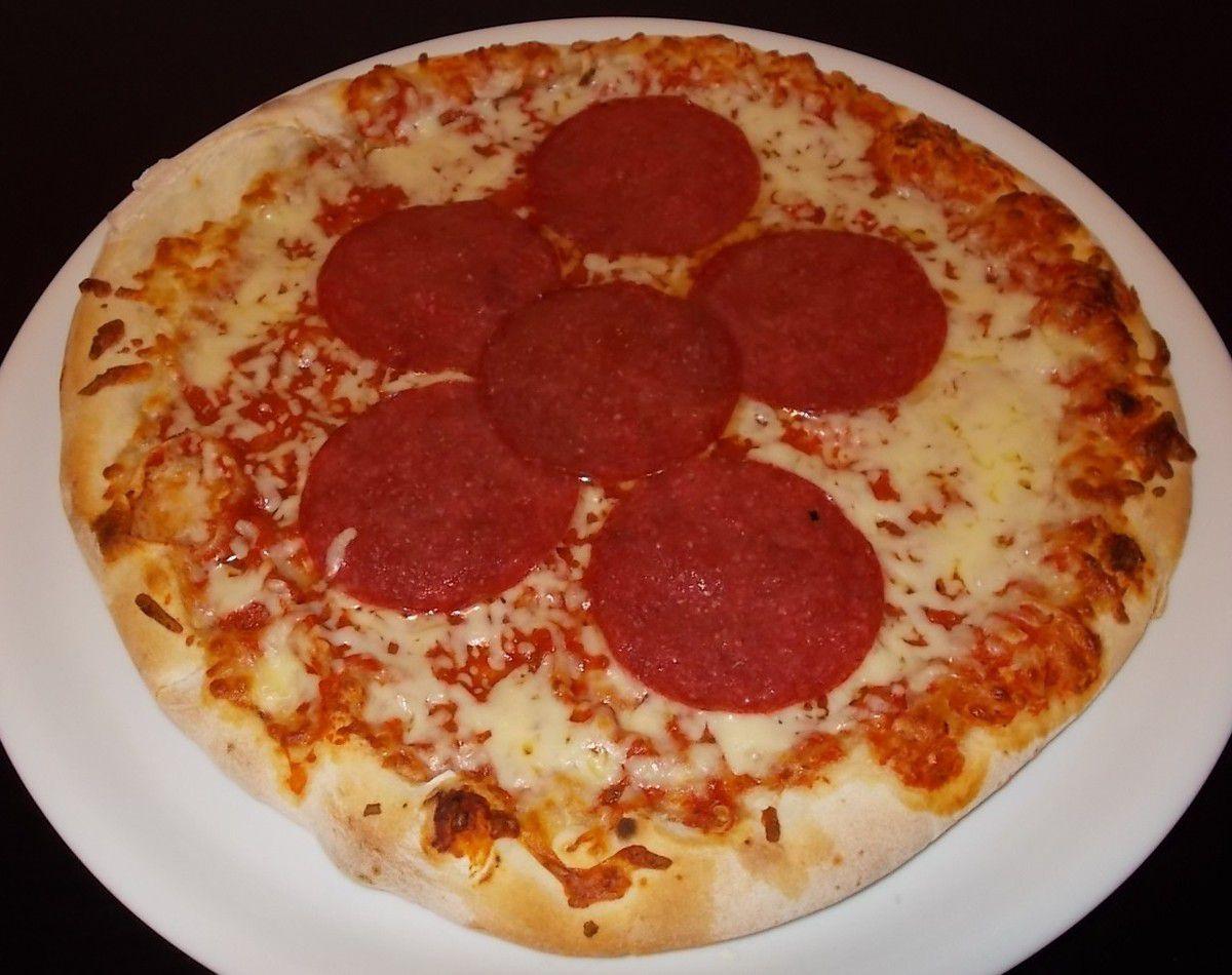 Gustavo Gusto Salame Pizza von Hand geformt