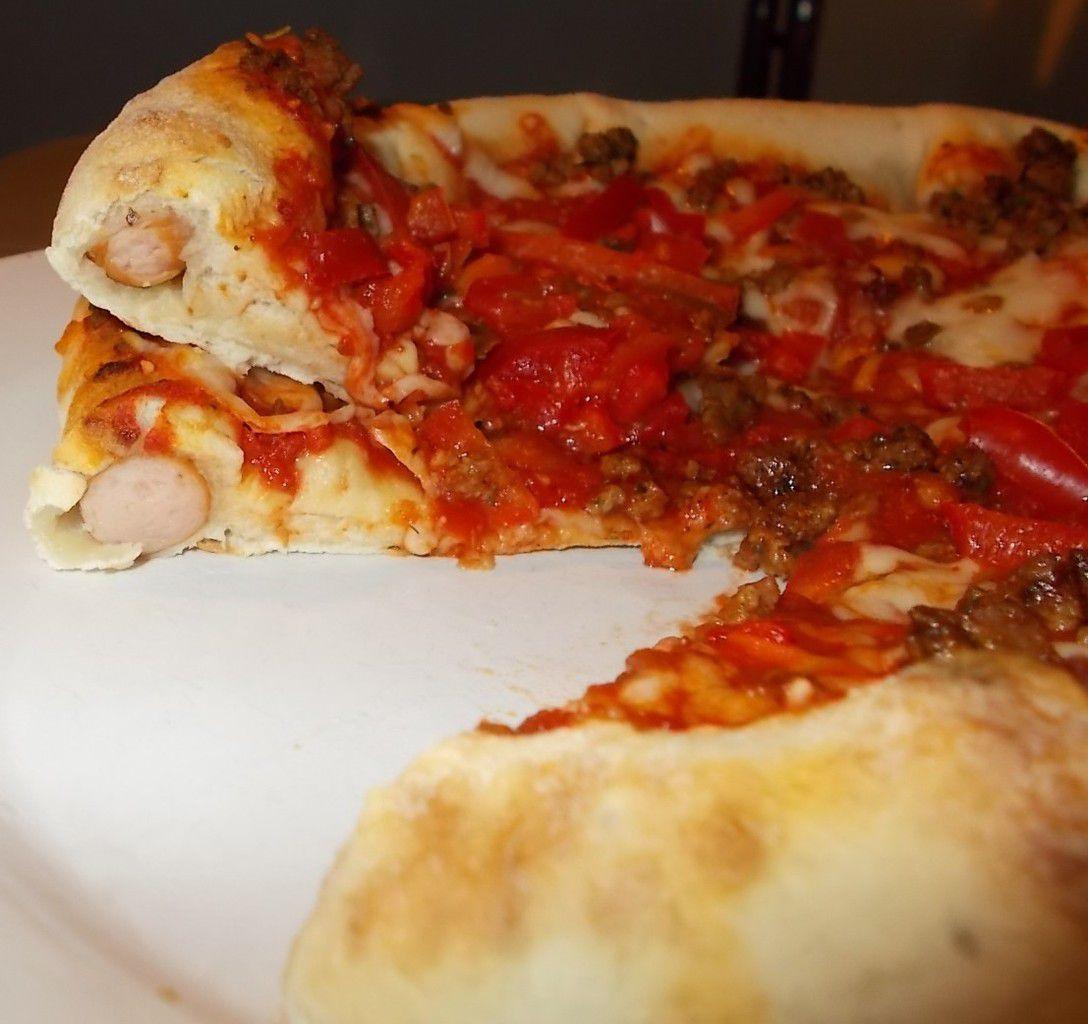 Pizza Stuffed Crust Tex Mex mit Würstchen im Rand