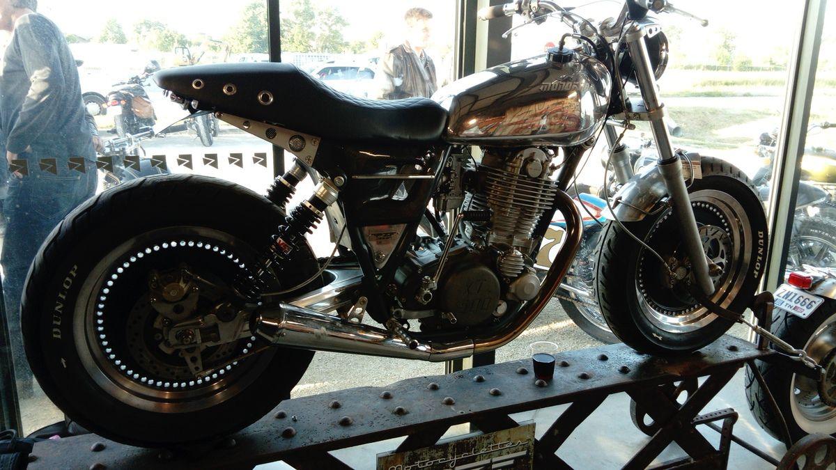 1) Réalisation sur base de 500 Yamaha XT  2) Réalisation sur base Harley Davidson  3) Mini Monstro Ducati  4) Bitza vélo-moto