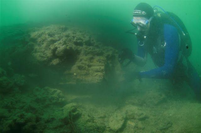 L'historien Dan Snow qui inspecte le site - Crédit photo : Maritime Archaeological Trust