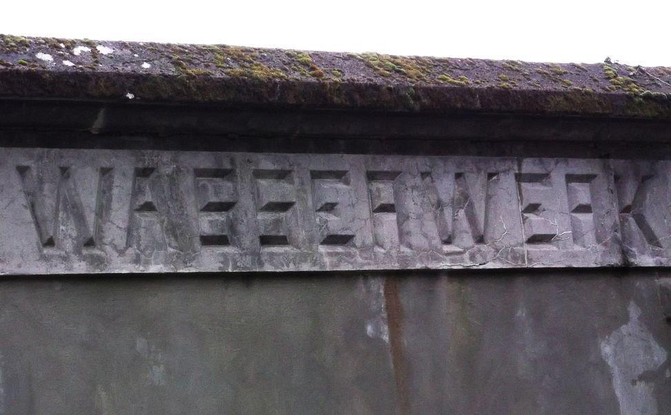 La mention ''Wasserwerk'' sur le réservoir d'eau.