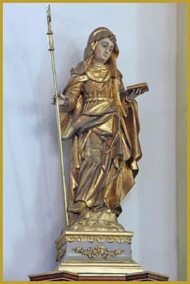 Photo de la statue en bois polychrome du XVIIIe siècle de Sainte Gertrude de Nivelles, dans la nef baroque de l'église Saint-Rémi de Wettolsheim (source : http://www.photos-alsace-lorraine.com/album/2896/Photos+de+l%27%E9glise+Saint-R%E9mi+de+Wettolsheim