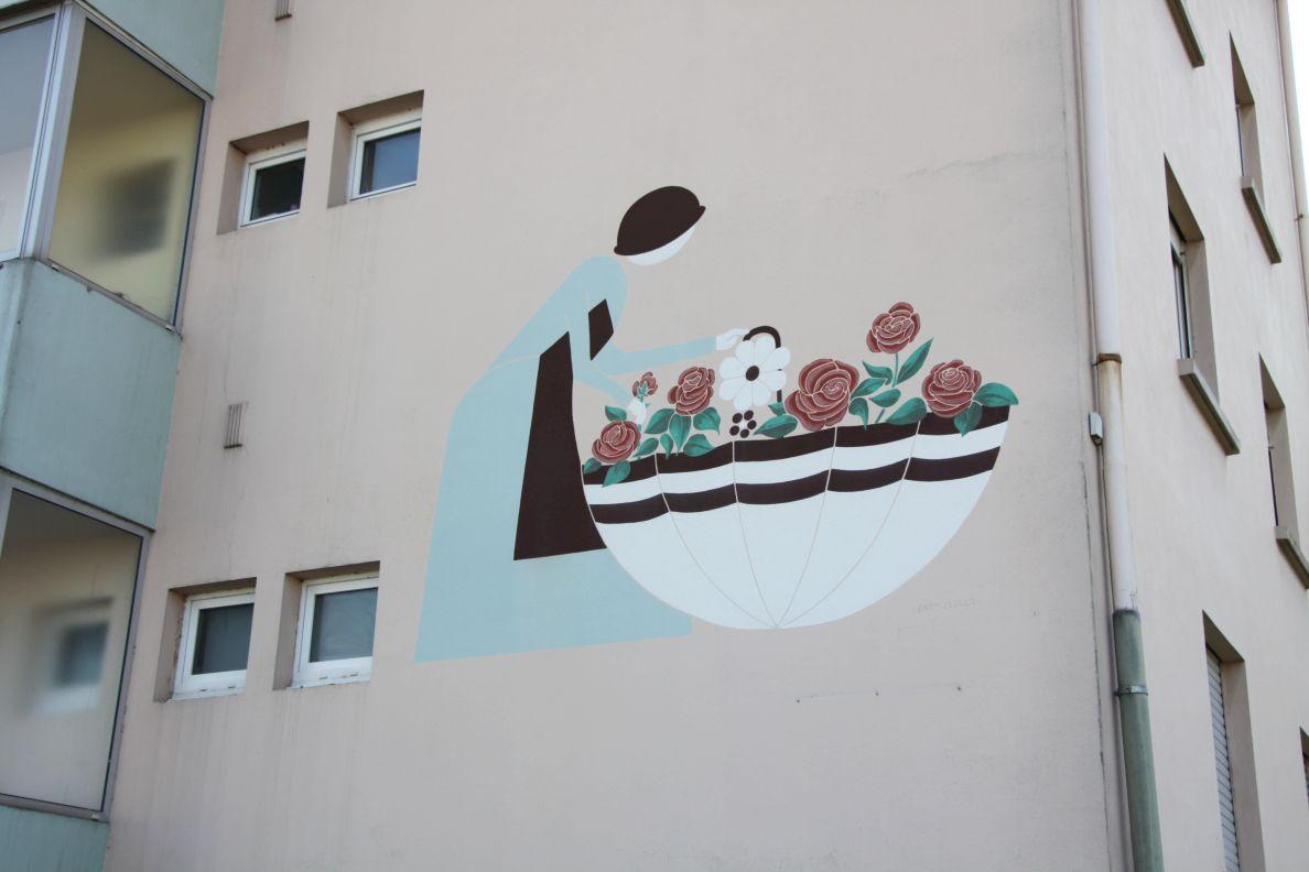 Photo H - Le mur de cet immeuble, impasse des Roses, est lui-aussi agrémenté d'une peinture.