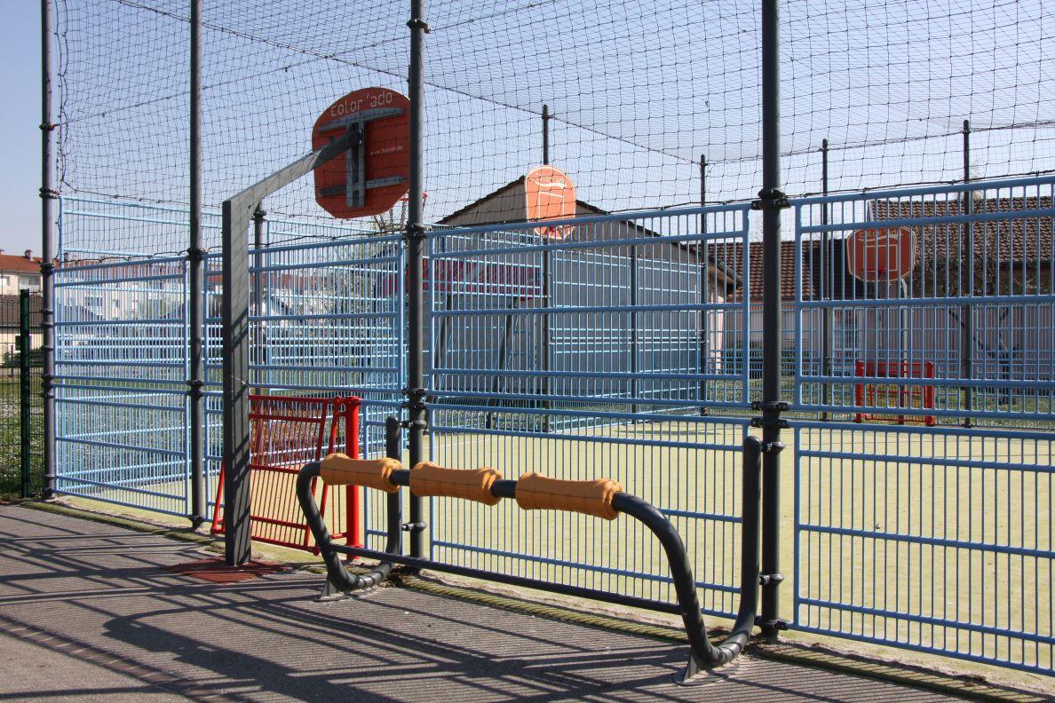 Photo F - Cette aire de jeux sportifs est en principe très utilisée par la jeunesse du secteur : elle a été dotée de nouveaux ateliers sportifs urbains.