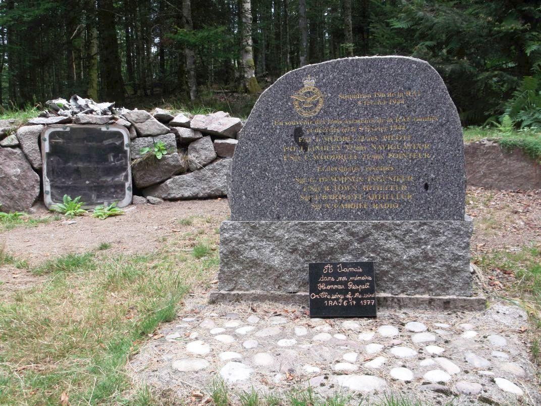 Après une bonne descente, il faut quitter le chemin et prendre à gauche : nous arrivons à la stèle des aviateurs de la RAF. Leur bombardier s'est abattu ici en 1944 (la cause n'est pas précisée, erreur de pilotage du très jeune pilote, ou tir des soldats allemands) : 3 aviateurs sont décédés, mais 4 furent rescapés.