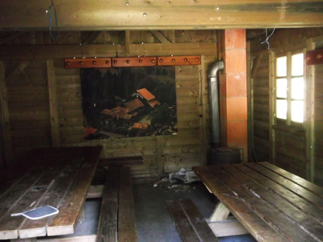 L'intérieur du chalet est grand, et décoré avec le Théâtre du Peuple.