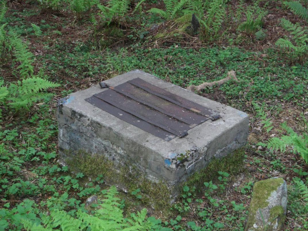 Plus loin, on verra sur la droite ce creux (parking de bûcheronnage ?), et en face ce captage, dans lequel on entend couler un mince filet d'eau.