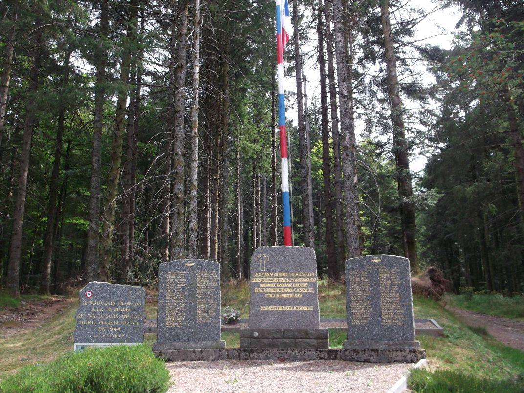 La cote 1008 est toute proche : les stèles sont dédiées aux aviateurs et soldats du 1er Régiment de Chasseurs Parachutistes. Cinq militaires ont été enterrés sur place, à l'arrière.